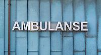 Skilting med ordet «ambulanse» i versaler. Bakgrunn av kobberplater.