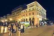 Griekenland, Thessaloniki, 11-6-2011Straatbeeld van deze stad in Noord Griekenland. Het is de tweede stad van het land.Griekenland is zwaar getroffen door het wanbeleid van voorgaande regeringen op financieel gebied.Op de foto de vestiging van de griekse nationale bank in de avond.Foto: Flip Franssen