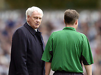 Fotball<br /> Premier League 2003/04<br /> Aston Villa v Newcastle<br /> Birmingham<br /> 18. april 2004<br /> Foto: Digitalsport<br /> Norway Only<br /> <br /> Newcastle manager Sir Bobby Robson (L) gives the linesman a hard stare after Andy O'Brien's dismissal.
