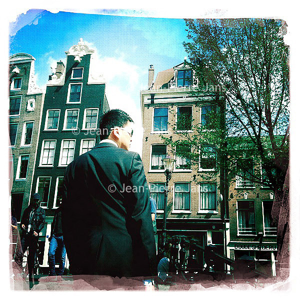Nederland, Amsterdam , 29 juni 2011..Sfeerfoto gemaakt op Oudezijds Achterburgwal in amsterdam met I-Phone en fotoprogramma Hypstamatic John S. Lens. Film Dream Canvas..Chinese of Japanse toerist op Achterzijds Achterburgwal..Foto:Jean-Pierre Jans