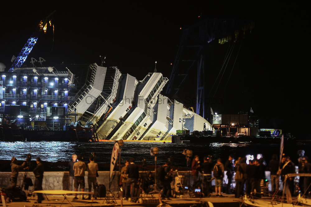 The parbuckling operation are continuing even at dark after some technical difficulties. The operation should finish before dawn