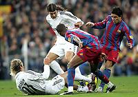 Fotball<br /> Spania 2005/2006<br /> Foto: Miguelez/Digitalsport<br /> NORWAY ONLY<br /> <br /> 19.11.2005<br /> Real Madrid v Barcelona 0-3<br /> <br /> Deco - Samuel Eto'o - David Beckham and Garcia