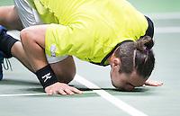 ROTTERDAM - Marcos Baghdatis (Cyprus)  wint zijn partij van de Belg David Goffin , en kust na afloop de vloer  na de eerste ronde van het ABN AMRO-tennistoernooi in Rotterdam Ahoy.  ANP KOEN SUYK