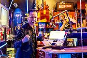 HILVERSUM, 25-12-2020 , Beeld en Geluid<br /> <br /> Leeg Top 2000 Cafe op eerste kerstdag. Het jaarlijkse evenement wordt uitgezonden op Radio 2 van eerste kerstdag tot en met oudjaarsdag vanbuit Beeld en Geluid in Hilversum. Vanwege Corona zijn er dit jaar geen bezoekers in het cafe.<br /> <br /> Op de Foto: Top 2000 Cafe  met Bart Arens