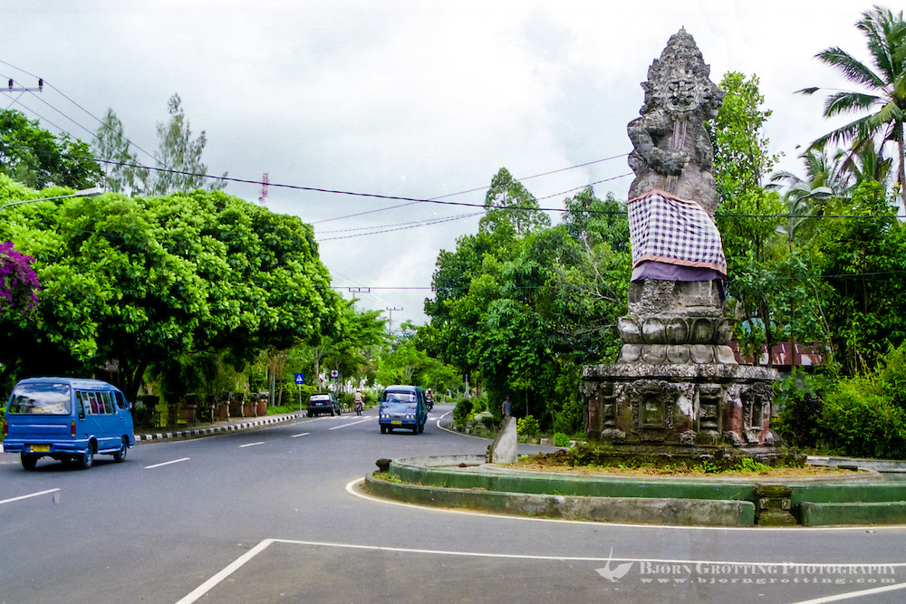Bali, Bangli. Tidy, clean streets close to Bangli center. A huge statue is raised in the roundabout.