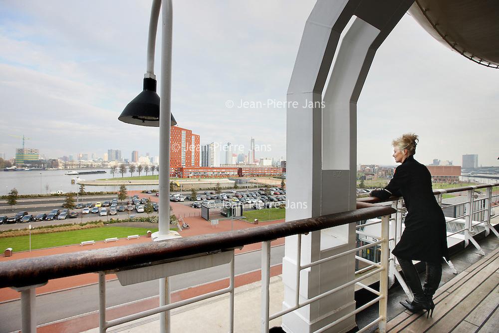 Nederland, Rotterdam , 18 november 2010..Beleef een unieke ervaring aan boord van De Rotterdam. Voor gewoon een kopje koffie, een zakenlunch, simpel maar heel lekker eten of juist een uitgebreid diner in de 'huiskamer' van het voormalige vlaggenschip van de Holland America Lijn. Daarna nog een lekkere cocktail in de Ocean Bar waarna het avontuur verder gaat in een van de 254 hotelkamers....The Rotterdam, the former flagship of Holland America Line is now a luxury hotel