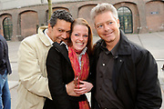 Premiere van De Fantasticks in het Transformatorhuis op het Westergasterrein in Amsterdam.<br /> <br /> Op de foto:<br /> <br />  Frank Sanders , Ellen (midden-student) en Steven Moonen