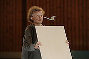 """Kathi und Arvit bauen einen Gleiter """"Mola Mola"""". Das Modell ist ein Luftwellengleiter oder auch Luftwellensurfer genannt (engl. Walkalong Gleider). Es ist wegen des geringen gewichtes aus Telefonbuchpapier gebaut und kann mit hilfe einer Pappe oder leichtem Brett unbegrenzt lange in der Luft gehalten werden."""
