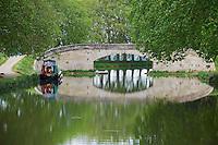 France, Languedoc-Roussillon, Aude (11), Pont de Saint Nazaire d Aude, navigation sur le Canal du Midi, classé Patrimoine Mondial de l'UNESCO // France, Languedoc-Roussillon, Aude (11), Saint Nazaire d Aude bridge, navigation on the Canal du Midi