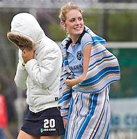 LAREN - Laren speelsters Willemijn Bos (r) en Jasmijn Oliemans hebben het koud,  zondag tijdens de Rabo hoofdklassewedstrijd dames tussen Laren en Rotterdam (7-0). Foto KNHB/KOEN SUYK
