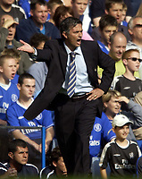Fotball<br /> Foto: SBI/Digitalsport<br /> NORWAY ONLY<br /> <br /> Date: 28/08/2004<br /> <br /> Chelsea v Southampton FA Barclays Premiership<br /> <br /> Jose Mourinho signals to his Chelsea players.
