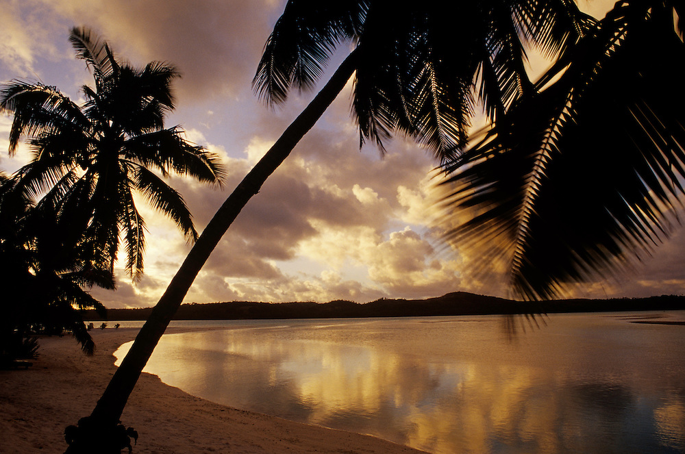 Cook Islands, K?ki '?irani, South Pacific Ocean, Aitutaki, beach scenic, sunset
