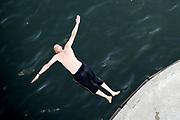 Nederland, nijmegen, 25-6-2019 Mensen trekken massaal naar de oevers van de waal en de spiegelwaal in het rivierpark aan de overkant van Nijmegen . De warmte, hoge temeratuur,  drijft mensen naar het water  . Het is verboden in de rivier te zwemmen vanwege de stroming het het drukke scheepvaartverkeer .  . Foto: Flip Franssen