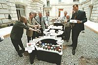 """27 SEP 2000, BERLIN/GERMANY:<br /> Reinhold Robbe, MdB, SPD, aus dem ostfriesischen Bunde und Sprecher des Seeheimer Kreises der SPD Bundestagsfraktion, bringt für die Befuellung des Hans Haack Kunstobjekts """"DER BEVÖLKERUNG"""" nicht nur eine Bodenprobe aus seinem Wahlkreis mit, sondern gleich Duzende in ausgediente Marmeladenglaeser gefuellte Erd- und Sandproben aus Orten wie Ditzumerverlaat, Möhlenwarf, Bunderhee, Weener oder der Insel Borkum, Reichstagsgebäude<br /> IMAGE: 20000926-02/01-16"""