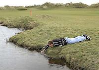 TEXEL - De Cocksdorp ;- NVGJ golfwedstrijd op golfbaan de Texelse. Toussaint Kluiters vist zijn  golfbal uit het water. COPYRIGHT KOEN SUYK