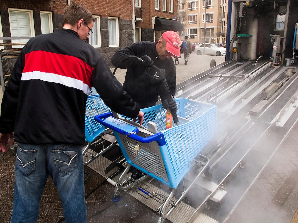 Nederland, Amsterdam, 10 april 2013.Winkelwagens van Albert Heijn worden met een hoge drukspuit schoongespoten. .Foto(c): Michiel Wijnbergh
