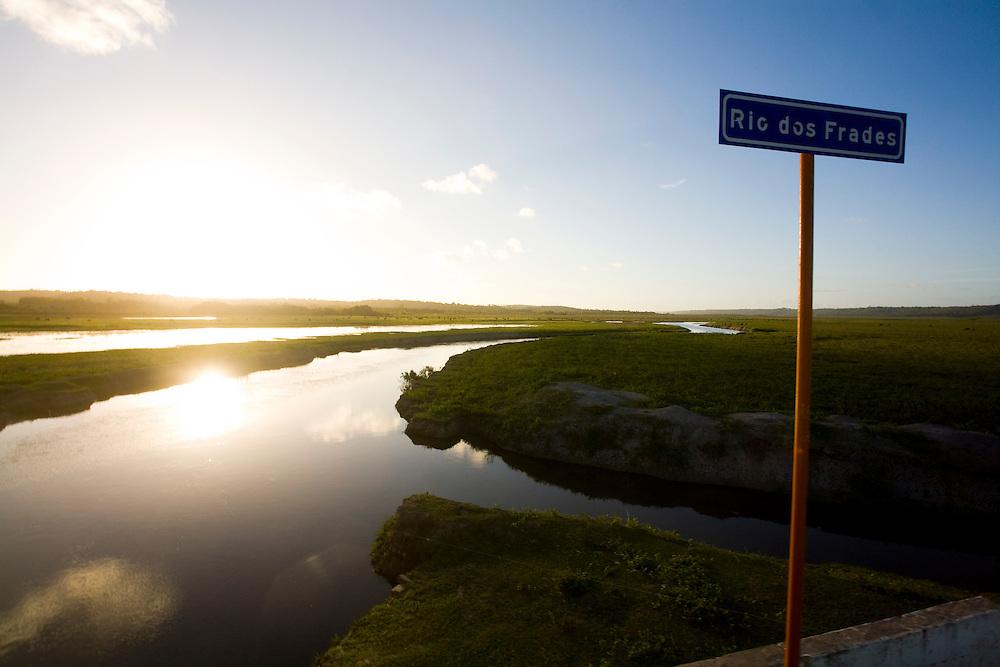 Porto Seguro_BA, Brasil...Estrada de acesso a Caraiva. Na foto o Rio dos Frades...The road for access to Caraiva. In this photo the Frades river...Foto: LEO DRUMOND / NITRO