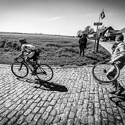03-04-2016: Wielrennen: Ronde van Vlaanderen vrouwen: Oudenaarde  <br />OUDENAARDE (BEL) cycling  The sixth race in the UCI Womensworldtour is the ronde van Vlaanderen. A race over the famous Flemish climbs.<br />Puncture Eva Buurman on the Haaghoek