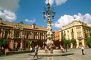 SPAIN, ANDALUSIA, SEVILLE Plaza de Virgen de los Reyes