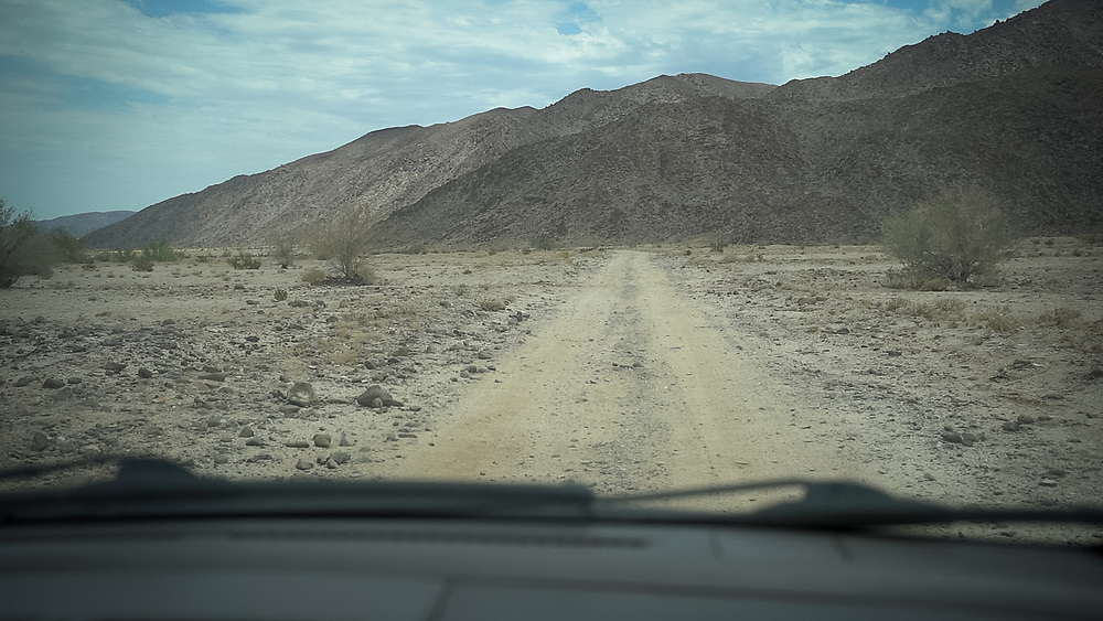 The desert area each side of the US/Mexico border where thousand of migrants pass each year has extreme and inhospitable conditions that cause the death of many migrants, from dehydration and heatstroke.
