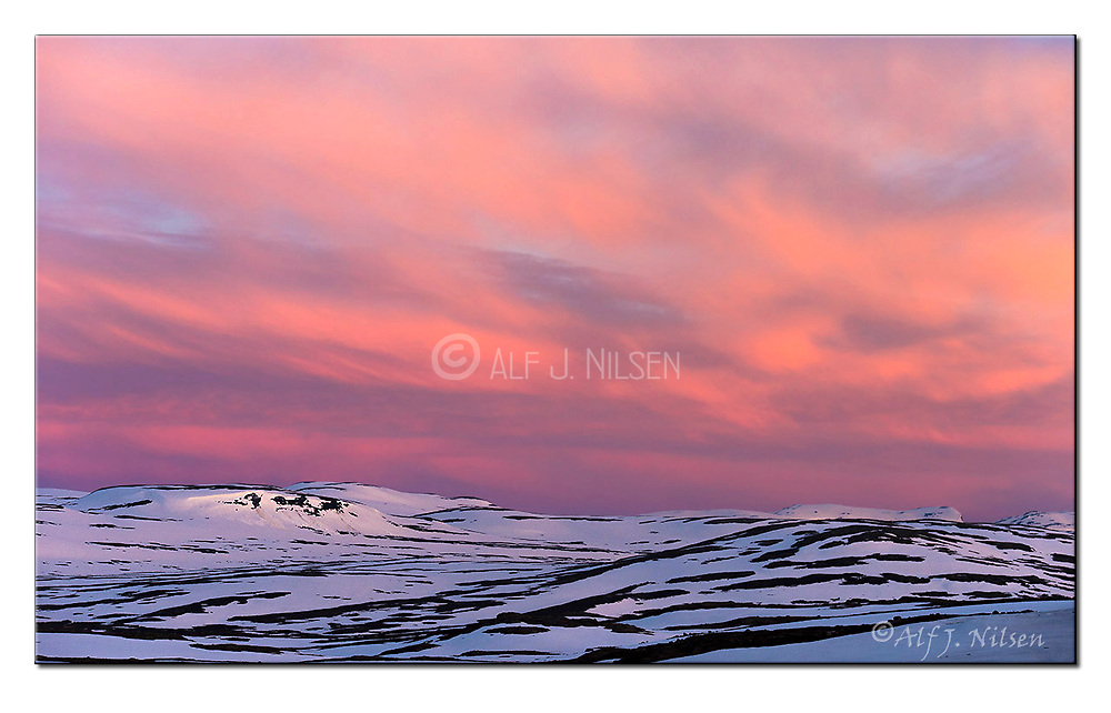 Very early morning at Dyranut, Hardangervidda National Park, Norway.  Nikon D4, 70-200mm @ 100mm, f4.5, 1/500sec, ISO500, Manual modus