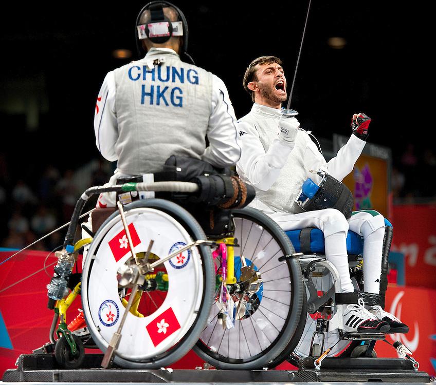 Groot-Brittannie, Londen, 04-09-2012.<br /> Paralympics.<br /> Rolstoelschermen, Mannen, Floret, Individueel, 1/8e Finale.<br /> Marco Cima uit Italie juicht op adelijke wijze nadat hij Ting Ching Chung uit Hong Kong heeft verslagen.<br /> Foto : Klaas Jan van der Weij