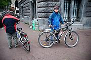 Twee toeristen met hun fiets