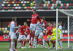 Emil Holten (Silkeborg IF) header væk under kampen i 1. Division mellem Silkeborg IF og FC Helsingør den 21. november 2020 i JYSK Park (Foto: Claus Birch).