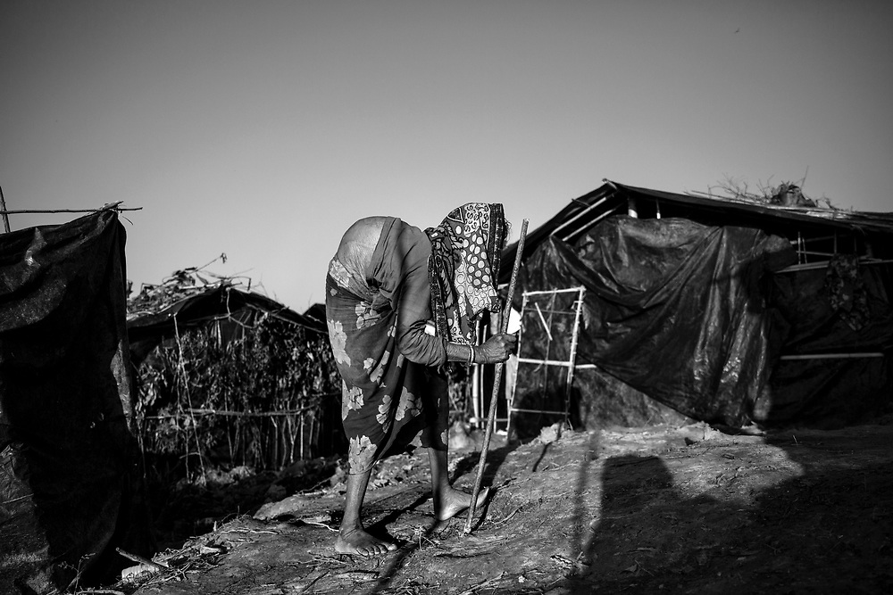 An ederly woman in Twangkhali camp. Since the end of august 2017, the beginning of the crisis, more than 600,000 Rohingyas have fled Myanmar to seek refuge in Bangladesh. Cox's Bazar - 3 november 2017.<br /> Une femme agée dans le camp de Twangkhali. Depuis le début de la crise, fin août 2017, plus de 600000 Rohingyas ont fuit la Birmanie pour trouver refuge au Bangladesh. Cox's Bazar le 3 novembre 2017.