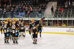 15.10.2021, Keine Sorgen Eisarena, Linz, AUT, ICE, Steinbach Black Wings Linz vs HK SZ Olimpija, 9. Runde, im Bild Die Steinbach Black Wings Linz feiern den Heimsieg, Steinbach Black Wings Linz vs HK SZ OLIMPIJA, bet-at-home ICE Hockey League // during the bet-at-home ICE Hockey League 9th round match between Steinbach Black Wings Linz and HK SZ Olimpija at the Keine Sorgen Eisarena in Linz, Austria on 2021/10/15. EXPA Pictures © 2021, PhotoCredit: EXPA/ Reinhard Eisenbauer