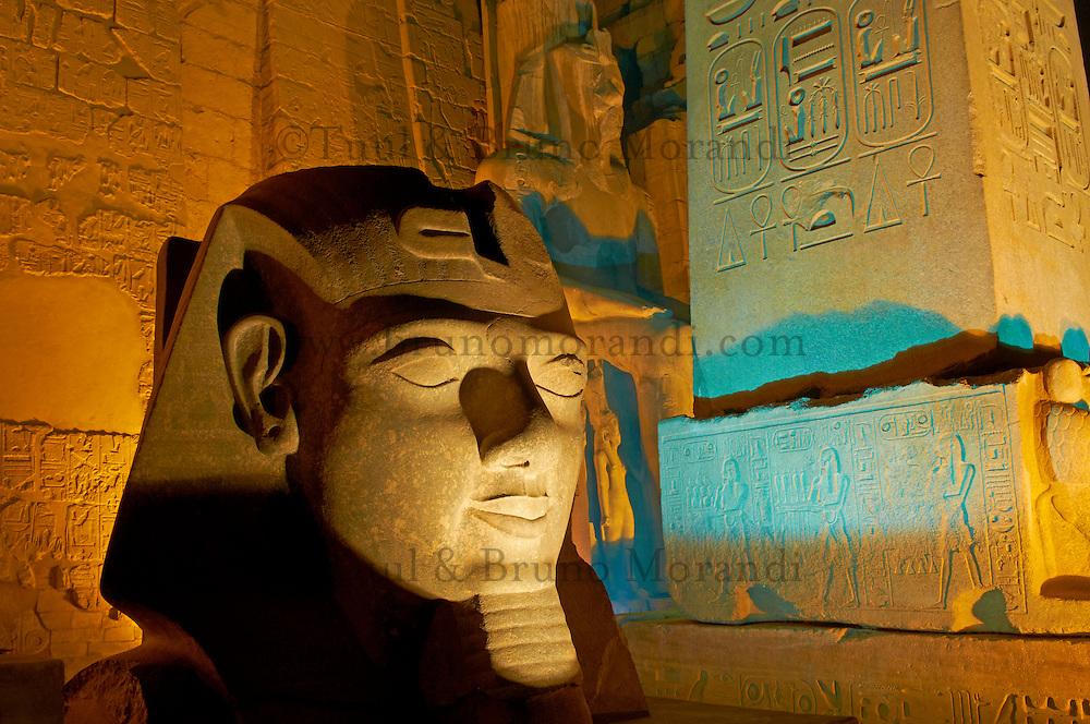 Afrique du Nord, Egypte, Louxor, Temple de Louxor, Patrimoine mondial de l'UNESCO, Vallée du Nil, rive gauche du Nil, Statue colosse de Ramses II, obelisque // Africa, Egypt, Louxor, Temple of Luxor, World Heritage of the UNESCO, east bank of the river Nile, Nile valley, Satue of the pharaoh Ramesses II and Obelisk