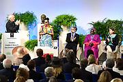 Four Freedoms Awards in de Nieuwe Kerk in Middelburg. De Awards worden uitgreikt  voor de vrijheid van meningsuiting, de vrijheid van godsdienst, de vrijwaring van gebrek en de vrijwaring van vrees.<br /> <br /> Four Freedoms Awards in the Nieuwe Kerk in Middelburg. The Awards are presented for the freedom of expression, the freedom of religion, the indemnification of lack and the protection of fear.<br /> <br /> Op dee foto / On the photo:  Urmila Chaudhary uit Nepal krijgt in de Nieuwe Kerk in Middelburg uit handen van Herman van Veen haar Four Freedoms Award uitgereikt.<br /> <br /> Urmila Chaudhary from Nepal receives her Four Freedoms Award from the hands of Herman van Veen in the Nieuwe Kerk in Middelburg.