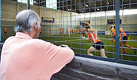 TUCUMAN  Argentinie - Het Nederlands vrouwen hockeyteam bracht de ochtend op de rustdag door met het uitlopen en een partijtje voetbal op een indoor voetbalveldje in de stad. Een toeschouwer bekijkt het vanaf de straat. ANP KOEN SUYK