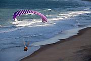 Tibau do Sul_RN, Brasil...Na foto, aitividade de parapente na praia da Cacimbinha em Tibau do Sul, Rio Grande do Norte...Paragliding in Cacimbinha beach in Tibau do Sul, Rio Grande do Norte...Foto: LEO DRUMOND / NITRO