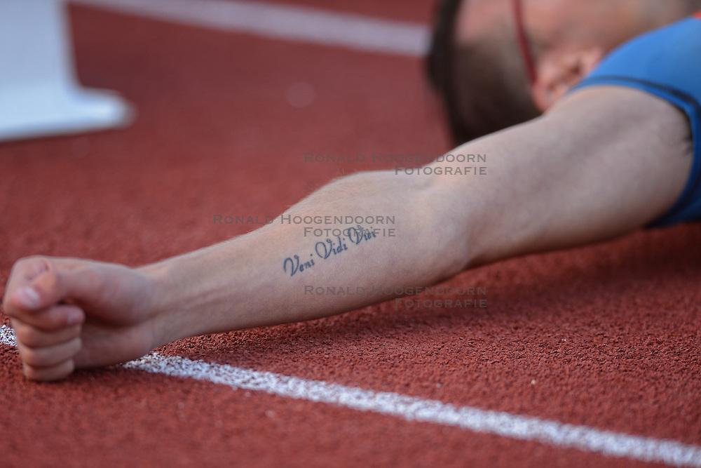 31-07-2015 NED: Asics NK Atletiek, Amsterdam<br /> Nk outdoor atletiek in het Olympische stadion Amsterdam /  Bjorn Blauwhof wordt 2de op de 400 meter, tattoo veni vidi vidi (Ik kwam, ik zag, ik overwon)