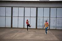 DEU, Deutschland, Germany, Berlin, 17.08.2015: Flüchtlinge vertreiben sich die Zeit mit Fussball in der kurzfristig eingerichteten Notunterkunft im Berliner Stadtteil Karlshorst. Die vom DRK betriebene Erstaufnahmestelle in der Köpenicker Allee soll die Zentrale Aufnahmeeinrichtung für Asylbewerber der LaGeSo in Moabit entlasten.