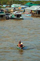 Asie du Sud Est, Cambodge, lac de Tonle Sap, Réserve de la Biosphère, Patrimoine UNESCO en 1997, village flottant de pêcheurs vietnamiens de Chong Kneas // Southeast Asia, Cambodia, Tonle Sap lake, Biosphere reserve of UNESCO in 1997, Chong Kneas, floating vietnamien village
