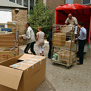 Jamai Looman deelt kado's uit in het Radboud ziekenhuis Nijmegen