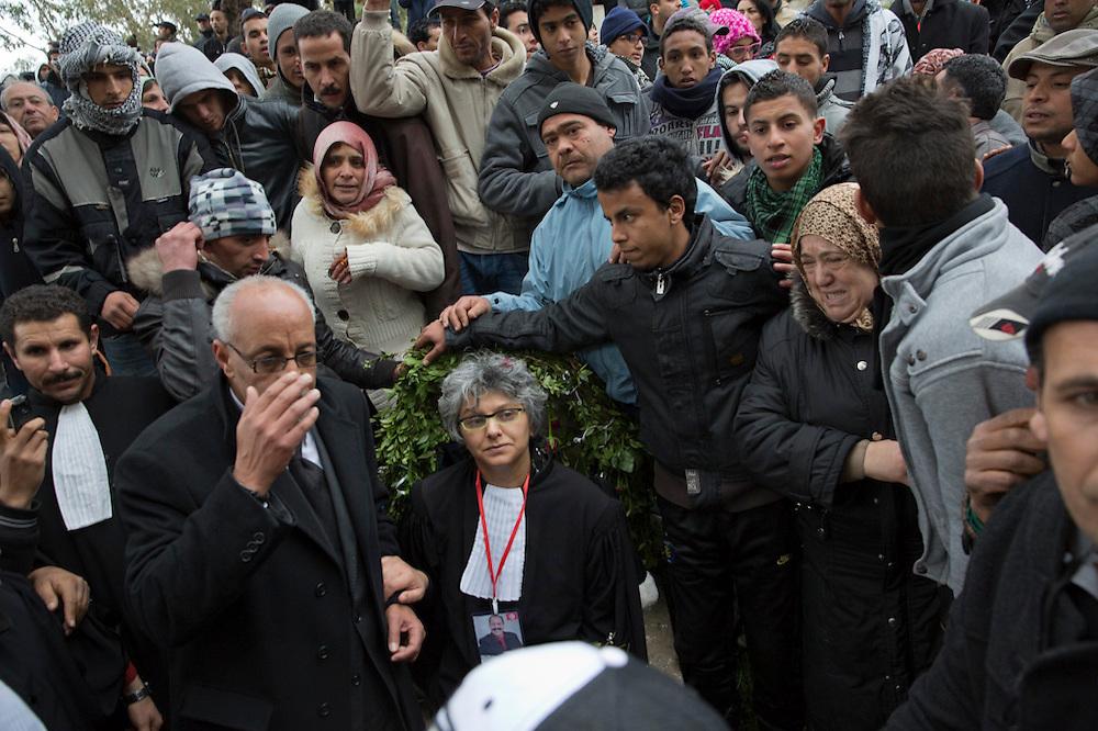 La veuve de Chokri Belaid, Bessma Khalfaoui Belaid au cimentiere Jallez, juste après l'enterrement de son mari, plus de 40.000 personnes lui rendent un hommage ce 8 fevrier 2013.