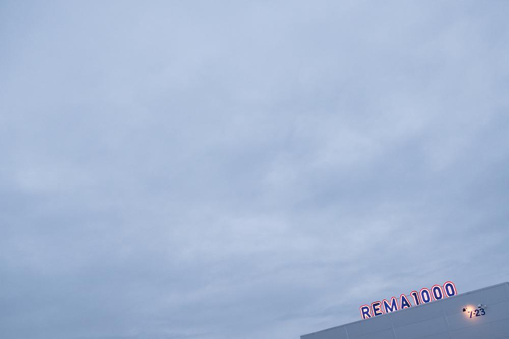 Skilting på et Rema1000 varehus. Bildet er komponert slik at det er velegnet til for eksempel bakgrunn på oppslag eller helsider.