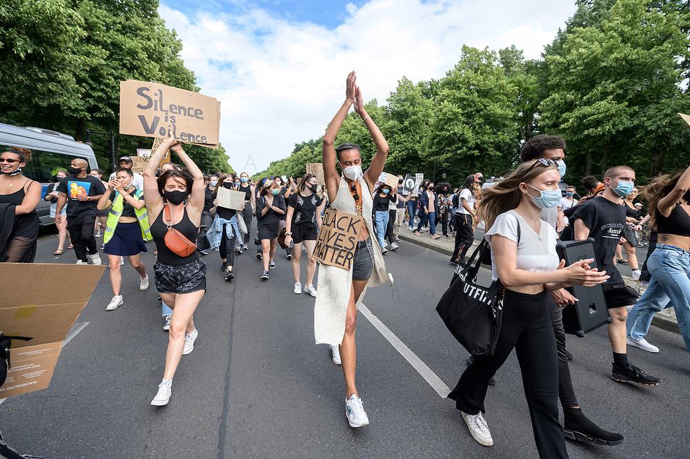"04 JUL 2020, BERLIN/GERMANY:<br /> Junge Frauen demonstrieren mit Plakaten ""Black Lives Matter"", Silence is Voilence"", Demonstration gegen Rassismus unter dem Motto ""Black Lives Matter"" auf der Strasse des 17. Juni<br /> IMAGE: 20200704-01-033<br /> KEYWORDS: Demonstraten, Demonstrant, Demonstratin, Demo, Protest, protester, Protesters, PoC"