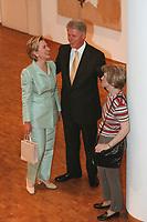 """19 JUN 1999 - COLOGNE, GERMANY:<br /> Bill Clinton (M), Präsident USA, und seine Ehefrau Hillary Clinton (L), amüsieren sich über eine hyperrealistische Plastik """" Frau mit Umhängetasche"""" von Duane Hanson in der Philharmonie Köln während dem G8 Wirtschaftgipfel<br /> Bill Clinton (M), President USA, and his wife Hillary Clinton are very amuesed about a hyperrealistic plastic """"Woman with a purse"""" by Duane Hanson, in the Philharmonie Colonge during the G8 Economic Summit <br /> IMAGE: 19990619-01/05-20"""