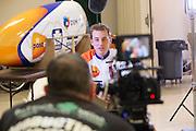 Rik Houwers wordt geinterviewd voor de camera. Het Human Power Team Delft en Amsterdam (HPT), dat bestaat uit studenten van de TU Delft en de VU Amsterdam, is in Amerika om te proberen het record snelfietsen te verbreken. Momenteel zijn zij recordhouder, in 2013 reed Sebastiaan Bowier 133,78 km/h in de VeloX3. In Battle Mountain (Nevada) wordt ieder jaar de World Human Powered Speed Challenge gehouden. Tijdens deze wedstrijd wordt geprobeerd zo hard mogelijk te fietsen op pure menskracht. Ze halen snelheden tot 133 km/h. De deelnemers bestaan zowel uit teams van universiteiten als uit hobbyisten. Met de gestroomlijnde fietsen willen ze laten zien wat mogelijk is met menskracht. De speciale ligfietsen kunnen gezien worden als de Formule 1 van het fietsen. De kennis die wordt opgedaan wordt ook gebruikt om duurzaam vervoer verder te ontwikkelen.<br /> <br /> Rik Houwers is interviewed by a camera crew. The Human Power Team Delft and Amsterdam, a team by students of the TU Delft and the VU Amsterdam, is in America to set a new  world record speed cycling. I 2013 the team broke the record, Sebastiaan Bowier rode 133,78 km/h (83,13 mph) with the VeloX3. In Battle Mountain (Nevada) each year the World Human Powered Speed Challenge is held. During this race they try to ride on pure manpower as hard as possible. Speeds up to 133 km/h are reached. The participants consist of both teams from universities and from hobbyists. With the sleek bikes they want to show what is possible with human power. The special recumbent bicycles can be seen as the Formula 1 of the bicycle. The knowledge gained is also used to develop sustainable transport.