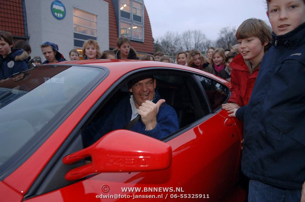 NLD/Huizen/20060127 - Directeur Henk Oudshoorn vertrekt bij de Flevoschool Huizen, rondrit in een Ferrari