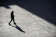 {iptcdate} /URUGUAY / MONTEVIDEO / Explanada de la Intendencia de Montevideo.<br /> <br /> En la foto: Persona caminando en la Explanada de la Intendencia de Montevideo. Foto: Santiago Mazzarovich / adhocFOTOS