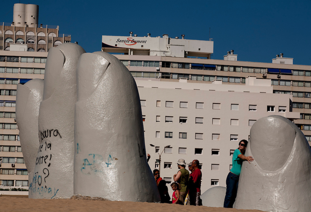 Punta Del Este, Uruguai...Cartao-postal de Punta del Este e a obra do escultor chileno Mario Irarrazabal: La Mano. Sao dedos saindo da areia, cujo significado seria a presença do homem surgindo na natureza.  Faz parte do conjunto de oito esculturas do Paseo de Las Americas...The symbol of Punta del Este is La Mano sculpture of the Chilean sculptor Mario Irarrazabal, It is a giant concrete hand sculpture rising out of the sands of the Atlantic...Foto: LEO DRUMOND / NITRO