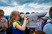 Dziewczynka patrząca przez lunetę na wieży zamku na górze Chojnik, Polska<br /> Girl looking through a telescope on a tower of a castle on the Chojnik mount, Poland