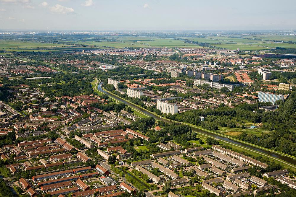 Nederland, Noord-Holland, Purmerend, 14-07-2008; de wijken Purmer Noord (voorgrond) en Wheermolen (midden rechts); het water is de ringvaart van de Purmer, lange tijd de natuurlijke grens van de stad; .Wheermolen is stadsuitbreiding uit de jaren '70, in de jaren '90 volgt de verstedelijking van de Polder: de Purmer-Noord; 'achter' het stedelijk comglomeraat Polder de Beemster, Zaanstad aan de verre horizon. .luchtfoto (toeslag); aerial photo (additional fee required); .foto Siebe Swart / photo Siebe Swart