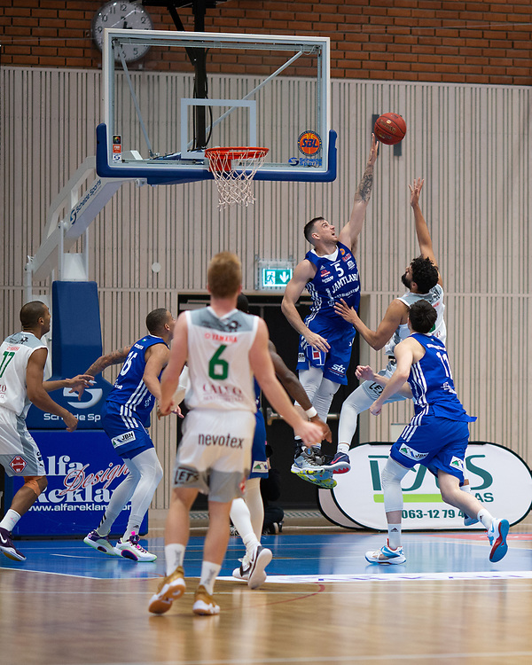ÖSTERSUND 20210924<br /> Jämtlands Steve Harris blockar under fredagens match i Basketligan mellan Jämtland Basket och Nässjö Basket i Östersunds Sporthall<br /> <br /> Foto: Per Danielsson/Projekt.P