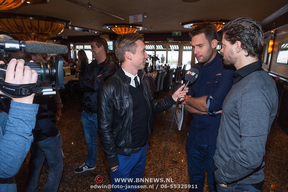NLD/Volendam/20131126 - Onthulling kerstnummer 100% NL, Nick & Simon, Nick Schilder en Simon Keizer worden geinterviewd door Koos van Plateringen